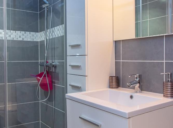 Rental guest room giens hyeres french riviera Mahinui sdb
