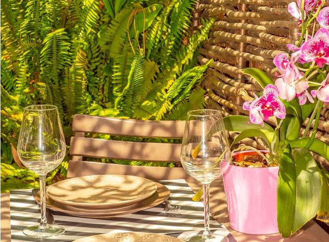 Rental studio giens hyeres french riviera Moorea table
